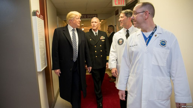 Tổng thống Mỹ Donald Trump (ngoài cùng bên trái) hoàn tất bài kiểm tra sức khỏe đầu tiên. (Ảnh: Nhà Trắng)