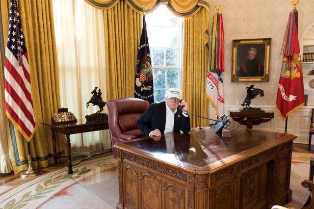 Tổng thống Trump bên trong phòng Bầu Dục. (Ảnh: Nhà Trắng)