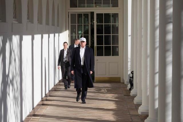 Tổng thống Mỹ Donald Trump bước ra từ Phòng Bầu dục. (Ảnh: Nhà Trắng)