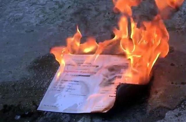 Ảnh chụp màn hình cảnh tấm bằng đại học bị T đốt (ảnh V.Đ)