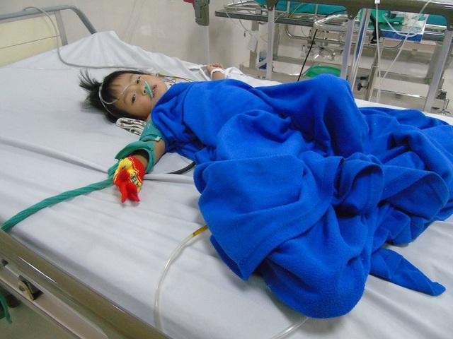 Thương bé 2 tuổi đang nguy kịch khi sớm mất mẹ, cha lại bỏ rơi - 1