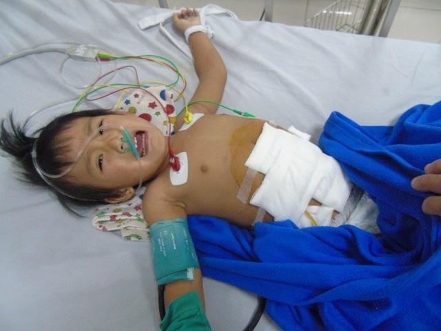 Cô bé Thanh Bình sau ca phẫu thuật vì bị hoại tử túi mật