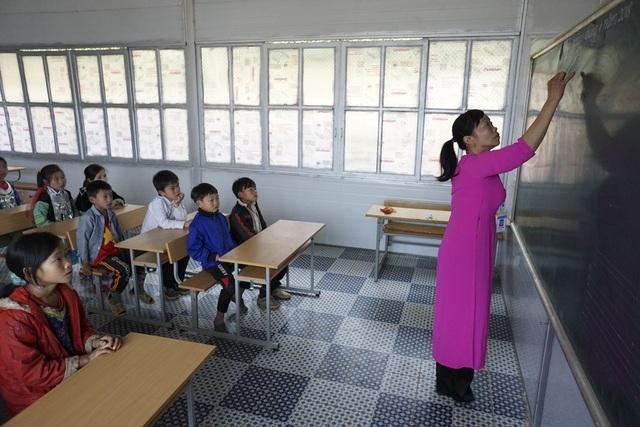 Nếu như trước đây các em học sinh và thầy cô giáo ngồi học trong phòng học được thưng bằng gỗ, nền đất, mái lợp bờ rô xi măng hết sức tạm bợ thì nay đã yên tâm hơn với 3 phòng học mới hết sức khang trang, sạch đẹp