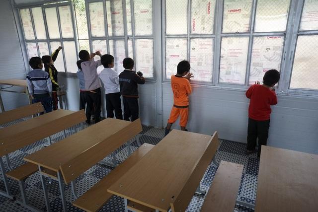 Do bản Pắng Sẳng vẫn chưa có điện nên phòng học có rất nhiều cửa sổ để lấy ánh sáng