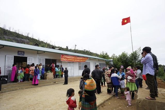 Người dân nô nức đến chia vui trong ngày khánh thành công trình phòng học Dân trí tại bản Pắng Sẳng