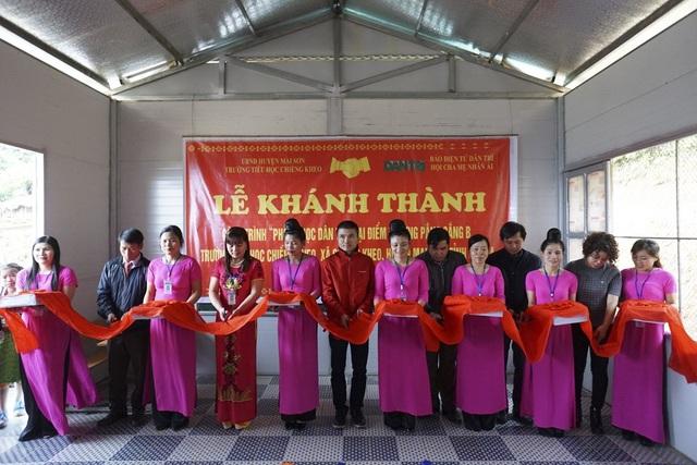 Các đại biểu cắt băng khánh thành công trình phòng học Dân trí tại điểm trường Pắng Sẳng B, trường tiểu học Chiềng Kheo