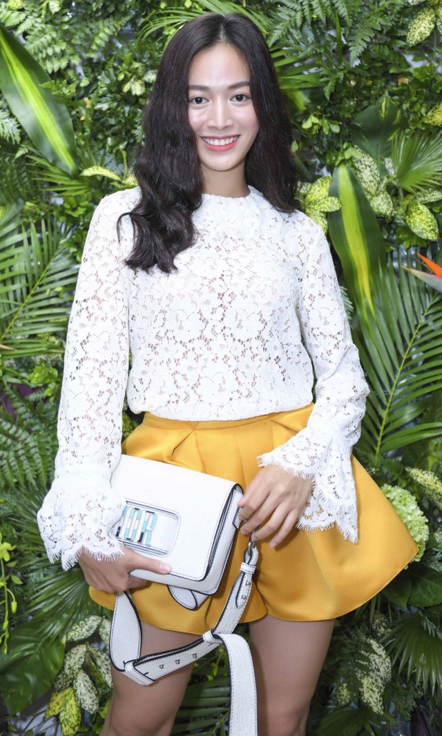 Diễn viên Mai Thanh Hà cũng bay từ TPHCM để xuất hiện làm MC. Cô chọn thiết kế rất cá tính khi phối áo ren cùng chân váy màu vàng cá tính.