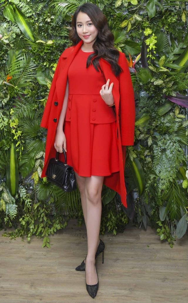 Không hẹn mà gặp, diễn viên Huỳnh Hồng Loan - bạn gái tin đồn một thời của Sơn Tùng M-TP cũng xuất hiện với chiếc áo khoác ton sur ton cùng váy màu đỏ rực rỡ tôn lên nét ngoài trong trẻo và ngây thơ.