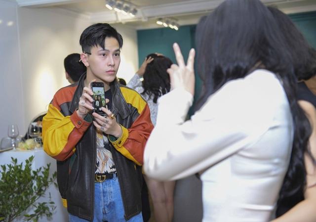 Decao luôn quan tâm và chăm sóc cho Châu Bùi từ xa, anh đưa đón cô tại sự kiện và thậm chí cầm điện thoại giúp người yêu chụp ảnh cùng bạn bè.