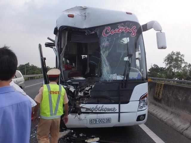 Xe giường nằm tông đuôi xe giường nằm làm 3 người bị thương nặng trên đường cao tốc TP. HCM-Trung Lương