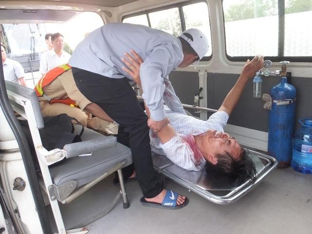 Hành khách bị gãy chân nằm chờ xe cấp cứu hơn 60 phút trên xe bị nạn