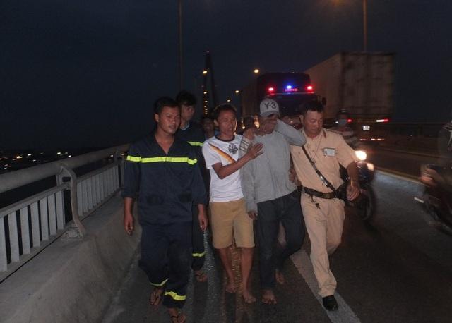 Lực lượng chức năng phối hợp, khống chế nam thanh niên đưa lên cầu an toàn