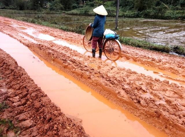 Tình trạng ổ voi xuất hiện hạng km khiến giao thông đi lại gặp rất nhiều khó khăn