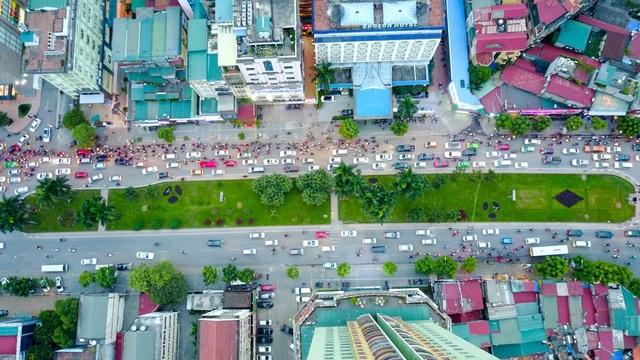 Đường Nguyễn Chí Thanh dài 1,8km, có điểm đầu là nút giao với đường Kim Mã, điểm cuối giao với đường Láng.