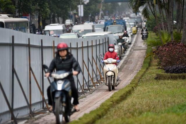 Vào giờ cao điểm, nhiều phương tiện đã không ngần ngại đi lên vỉa hè để đi thoát khỏi đường tắc dài.