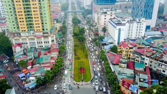 Đường Nguyễn Chí Thanh từng được Bộ Giao thông bình chọn là đường đẹp nhật Việt Nam nhưng nay là điểm đen ùn tắc vào các giờ cao điểm.
