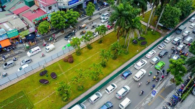 Sau khi thu hẹp, UBND TP Hà Nội yêu cầu đơn vị thi công trồng lại cây xanh trên giải phân cách mới.