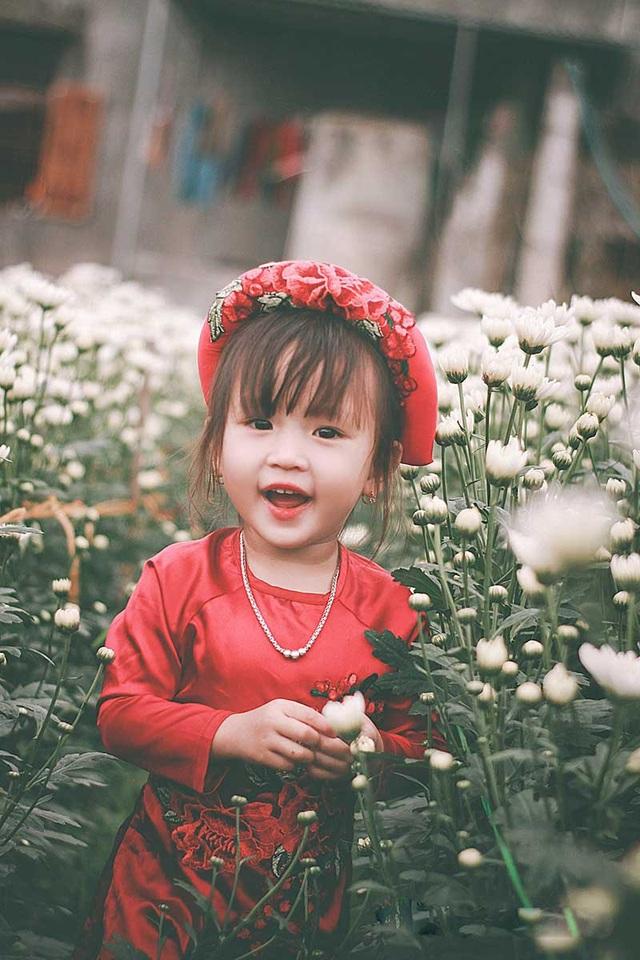 """Nhiếp ảnh gia Ti Ây, người thực hiện bộ ảnh này cho biết: """"Bé rất lém lỉnh, suốt cả buổi chụp hình bé chỉ cười và vui chơi mà không hề để ý một chút nào đến ống kính, thế nên tất cả khoảnh khắc đều là tự nhiên""""."""