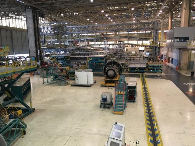 Phi đội của hãng hàng không Emirates, Dubai, các Tiểu Vương quốc Ả-rập Thống nhất UAE hiện sở hữu 101 máy bay A380 và đã đặt hàng thêm 77 chiếc từ Airbus. Emirates cũng đồng thời vận hành 166 máy bay Boeing 777, chiếm 12% tổng số máy bay Boeing 777 từng sản xuất trong 25 năm qua. Để đảm bảo đội máy bay khổng lồ vận hành trơn tru, Emirates có một đội ngũ kĩ sư đông đảo chịu trách nhiệm kiểm tra, bảo dưỡng, nâng cấp các siêu máy bay.