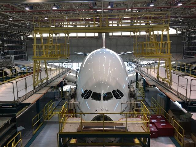 Một máy bay A380 nằm trong xưởng.