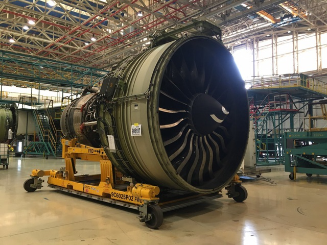 Động cơ GE90 từ máy bay Boeing 777 nằm giữa phân xưởng.
