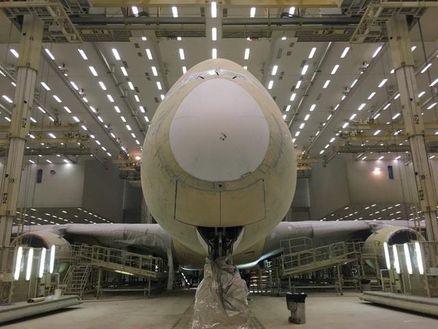 """Khu phức hợp trị giá 350 triệu USD tọa lạc ở sân bay Dubai, bắt đầu đi vào hoạt động từ năm 2006. Khu vực này rộng khoảng 55 héc-ta, bao gồm khu hành chính và khu phân xưởng. Trong ảnh: Trung tâm phụ trách về """"ngoại hình"""" cho các máy bay. Hơn cả 1 xưởng sơn, tại đây các công nhân và kĩ sư sẽ đánh giá tình trạng bên ngoài của máy bay, sau đó đưa ra phương án sơn sửa chi tiết."""