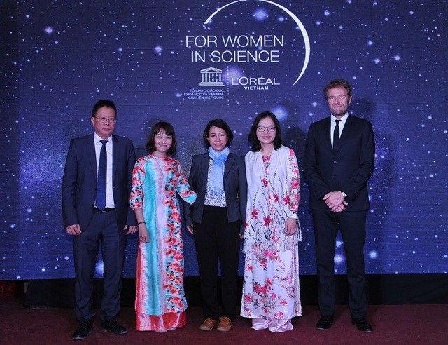Ba nhà khoa học nữ trẻ nhận học bổng nghiên cứu khoa học