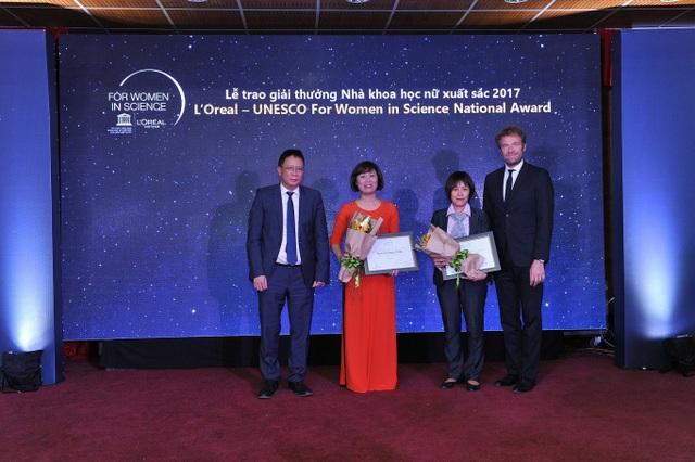 Hai nhà khoa học nữ xuất sắc được vinh danh nhận được giải thưởng Nhà khoa học nữ xuất sắc 2017