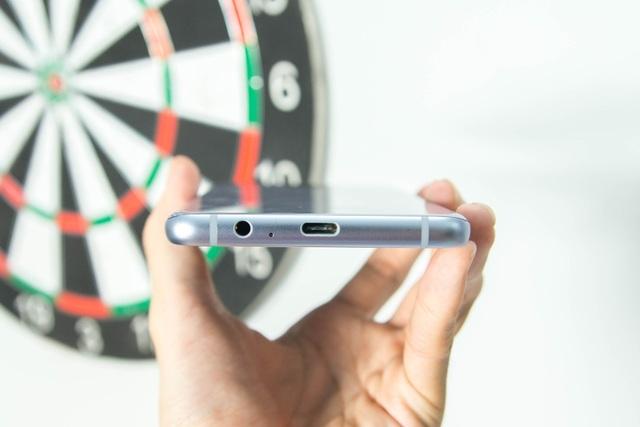 Cạnh dưới lần lượt từ trái qua cổng tai nghe 3.5mm, microphone và cổng sạc USB-Type C.