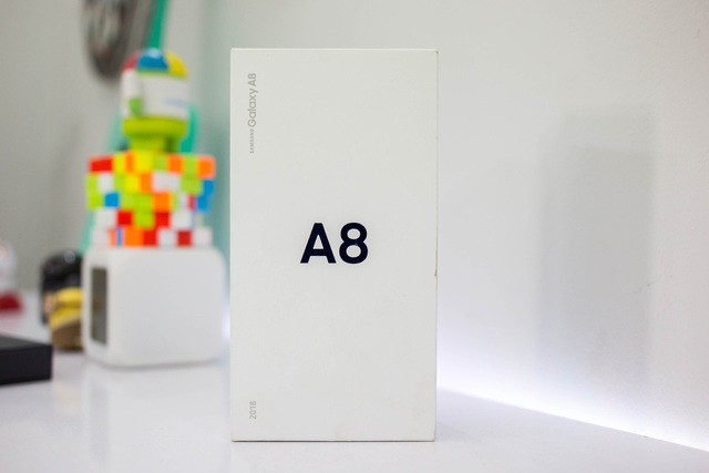 Vẫn sử dụng tông màu trắng chủ đạo dành cho phiên bản dòng A và được in nổi các dòng chữ về tên thương hiệu lẫn model.