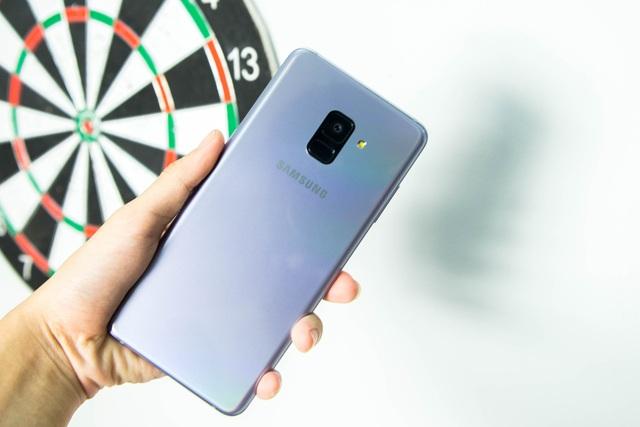 Lối thiết kế của Galaxy A8+ cũng khá đơn giản, tựa như sự kết hợp của Galaxy S và Galaxy Note với góc bo nhẹ vừa phải và khá vuông vắn.