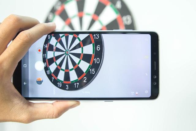 """Samsung cũng trang bị khá nhiều tính năng mới mẻ để tạo ra các bức ảnh độc đáo nhờ việc tích hợp các biểu tượng (sticker) vui nhộn cho đến những chế độ ảnh """"Food mode""""..."""