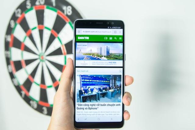 """Samsung cũng đưa khá nhiều tính năng để giúp trải nghiệm tốt trên dòng màn hình mới, trong đó có thể kể đến tính năng """"Always on Display"""" vốn chỉ xuất hiện trong dòng cao cấp, giúp người dùng có thể xem các thông báo, thời gian dễ dàng ở màn hình chờ."""