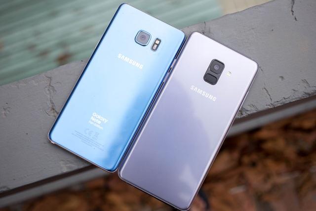 Galaxy Note FE (trái) và Galaxy A8+ (phải)