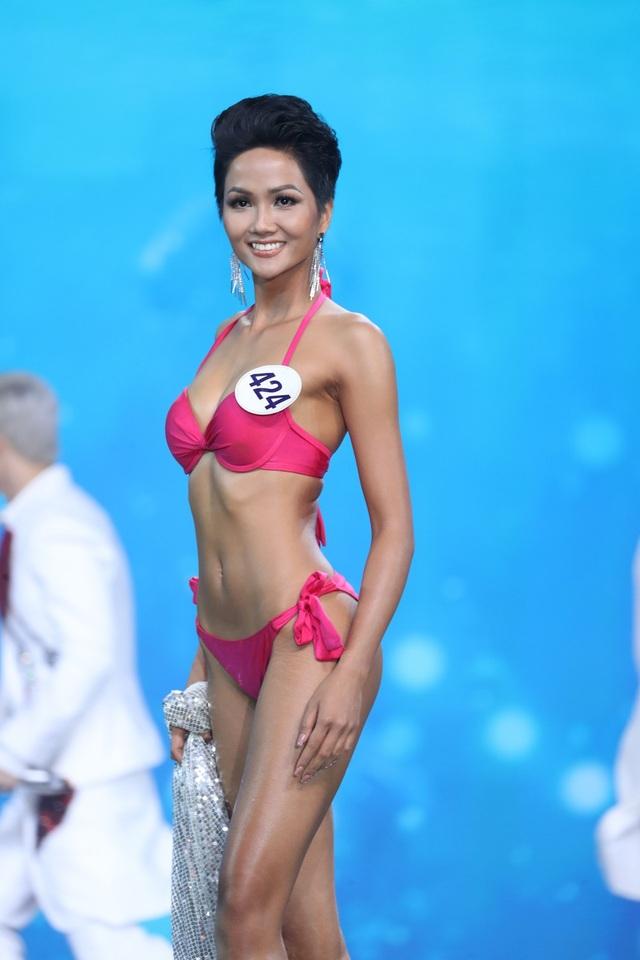 """Bên cạnh những ý kiến """"ném đá"""" nhan sắc Tân Hoa hậu, vẫn có những ý kiến ủng hộ, bênh vực HHen Niê đăng quang là xứng đáng, phù hợp với tiêu chí cuộc thi Hoa hậu Hoàn vũ, đề cao vẻ đẹp khỏe khoắn, bốc lửa. (Trong ảnh là phần thi bikini của cô). (Ảnh: Đại Ngô)."""