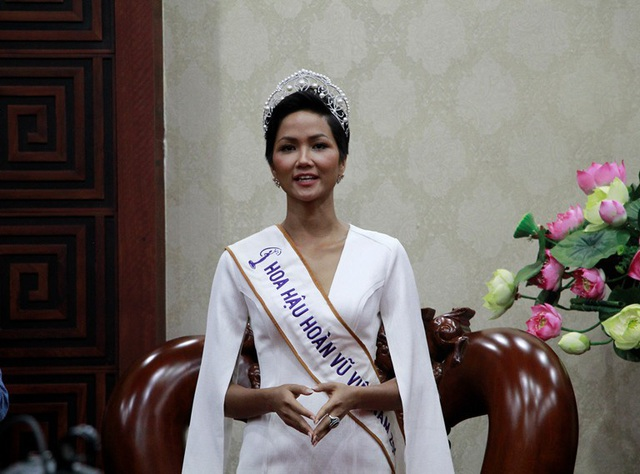 Hoa hậu HHen Niê đã trích 70% tiền thưởng của mình để trao học bổng cho học sinh nghèo hiếu học tại Đắk Lắk