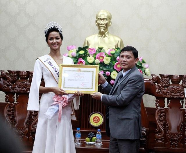 Tân hoa hậu được vinh dự nhận bằng khen và tiền thưởng từ UBND tỉnh Đắk Lắk