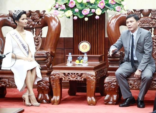 Tân hoa hậu Hoàn vũ HHen Niê gặp mặt thân thiết cùng lãnh đạo UBND tỉnh Đắk Lắk