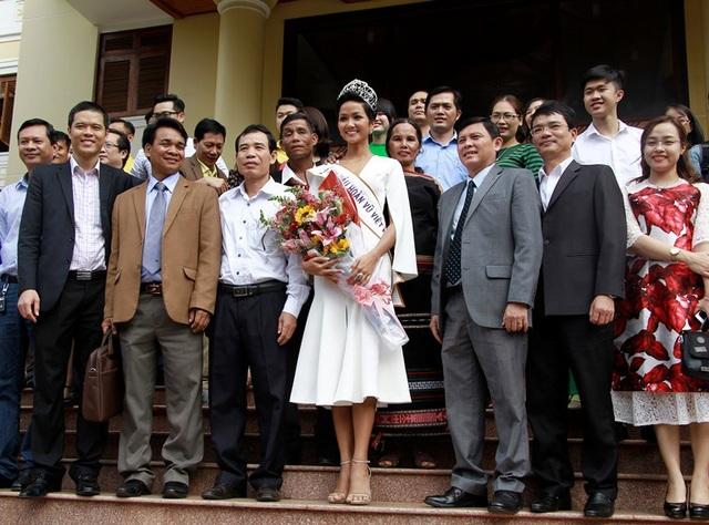 Tân Hoa hậu Hoàn vũ chụp ảnh kỷ niệm cùng lãnh đạo UBND tỉnh Đắk Lắk