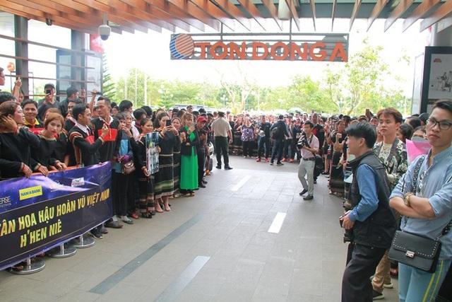 Trước đó hàng ngàn người chờ đón tân Hoa hậu Hoàn vũ HHen Niê về quê hương