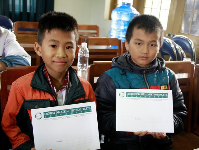 Niềm vui của học sinh nghèo khi được nhận học bổng khuyến học