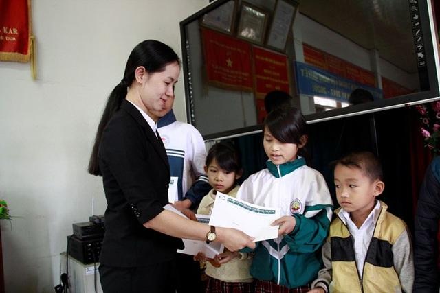 Đại diện Công ty TNHH Grobest Việt Nam trao học bổng cho học sinh nghèo Đắk Lắk