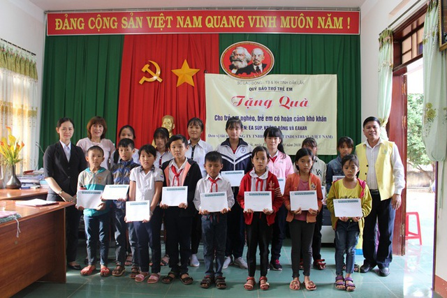 Trao học bổng cho học sinh tại huyện Ea Súp