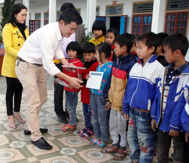 Ông Đặng Văn Thành - Giám đốc Công ty TNHH Grobest khu vực miền trung và miền bắc ân cần trao những món quà đầy ý nghĩa đến với các em học sinh nghèo.