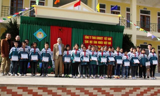 90 suất học bổng được trao cho các em học sinh Trường Tiểu học , THCS xã Mỹ Sơn và Trường THCS xã Nhân Sơn, huyện Đô Lương (Nghệ An).