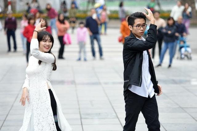 Chuyện tình giữa nhiếp ảnh gia và nhà thiết kế áo dài được các bạn sinh viên thể hiện qua những màn vũ đạo thu hút