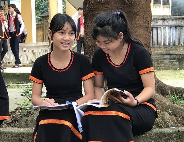 Nữ sinh người dân tộc Hrê duyên dáng với bộ váy áo truyền trống