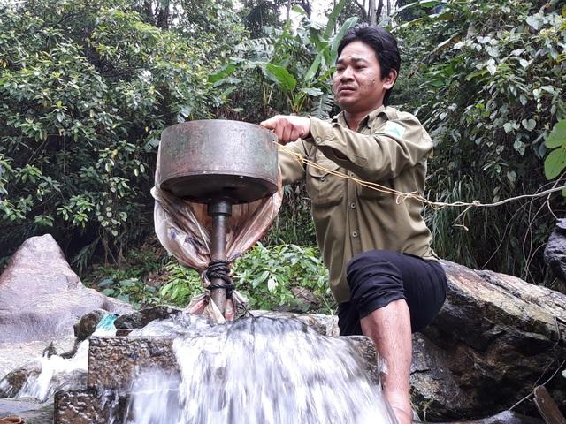 Hàng trăm người dân thôn Gò Tranh phải phụ thuộc vào dòng điện chập chờn từ máy phát điện đặt dưới suối