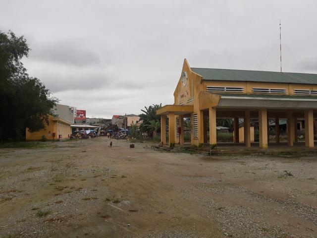 Khu nhà lồng và 2 dãy kiot chợ Nghĩa Phương nằm cách xa nhau và vẫn trong tình trạng cửa đóng, then cài suốt 6 tháng qua