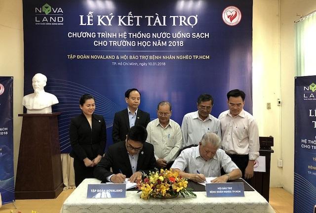 Ông Bùi Xuân Huy – Tổng Giám đốc Tập đoàn Novaland và Tiến sỹ Trần Thành Long – Chủ tịch Hội Bảo trợ bệnh nhân nghèo TP.HCM ký biên bản ghi nhớ tài trợ, thông qua kế hoạch thực hiện chương trình